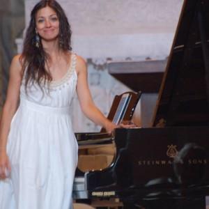 Cynthia Caubisens, pianiste & plasticienne sonore